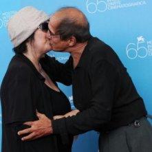 Venezia 2008: Adriano Celentano bacia sua moglie Claudia Mori. Il cantante ha presentato una nuova versione di Yuppi Du.