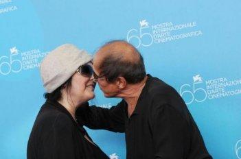 Venezia 2008: Adriano Celentano bacia sua moglie Claudia Mori. Il molleggiato ha presentato una nuova versione di Yuppi Du.