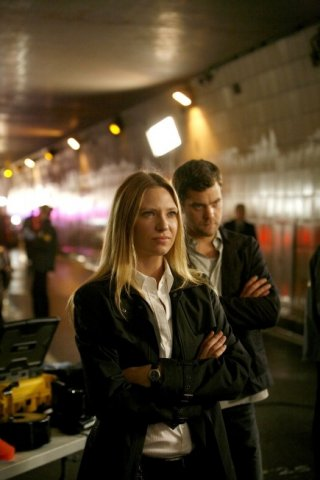Anna Torv e Joshua Jackson in una scena dell'episodio The Ghost Network di Fringe