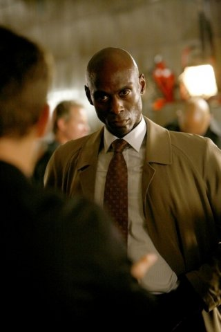 Lance Reddick in una scena dell'episodio The Ghost Network di Fringe