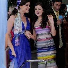 Ashley Newbrough insieme a Lucy Hale nel terzo episodio della prima stagione di 'Privileged'