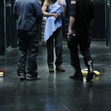 David Hewlett e Joe Flanigan di spalle, insieme a Rachel Luttrell  nell'episodio 'The Prodigal' della serie televisiva Stargate Atlantis