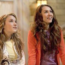 Emily Osment e Miley Cyrus in una scena di Hannah Montana