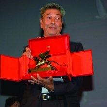 Gianni Di Gregorio con il premio Luigi De Laurentiis per la migliore opera prima di cui è stato insignito a Venezia 65. per il suo Pranzo di Ferragosto