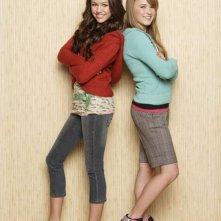 Miley Cyrus ed Emily Osment in una foto promozionale di Hannah Montana