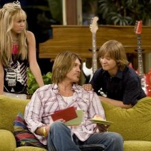 Miley Cyrus, Billy Ray Cyrus e Jason Earles in una scena di Hannah Montana