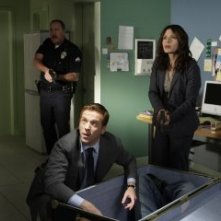 Damian Lewis e Sarah Shahi in una scena dell'episodio Find Your Happy Place di Life