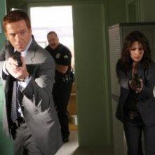 Damian Lewis e Sarah Shahi nella premiere della seconda stagione di Life
