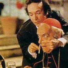 """Dante (Roberto Benigni) mostra la \""""medicina\"""" al Cardinale in una scena di Johnny Stecchino"""