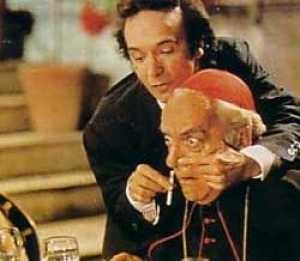 Dante (Roberto Benigni) mostra la medicina al Cardinale in una scena di Johnny Stecchino