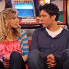 Josh Radnor e Sarah Chalke in una scena dell'episodio Do I Know You? della serie E alla fine arriva mamma!