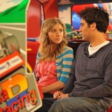 Josh Radnor e Sarah Chalke nell'episodio Do I Know You? della serie E alla fine arriva mamma!