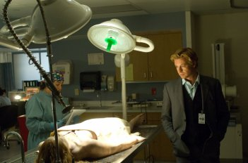 Simon Baker in una scena dell'episodio pilota della serie The Mentalist