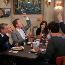 I protagonisti di How I Met Your Mother con la guest star Regis Philbin in una scena di The Best Burger In New York