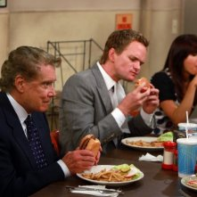 Regis Philbin con altri membri del cast di How I Met Your Mother nell'episodio The Best Burger In New York