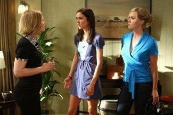 Ann Gillespie, Jennie Garth e Jessica Stroup in una scena dell'episodio Lucky Strike di 90210