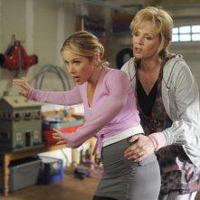 Christina Applegate e Jean Smart nella prima puntata della seconda stagione della serie Samantha Chi?