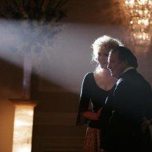 Jean Smart e Kevin Dunn nel primo episodio della seconda stagione della serie Samantha Chi?