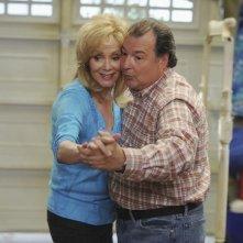 Jean Smart e Kevin Dunn nel primo episodio della seconda stagione di Samantha Chi?