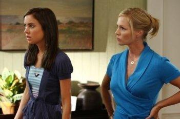 Jennie Garth e Jessica Stroup in una scena dell'episodio Lucky Strike di 90210