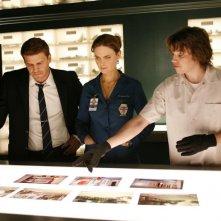 David Boreanaz, Emily Deschanel e Eric Millegan nell'episodio 'The Perfect Pieces in the Purple Pond' della serie Bones