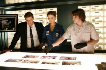 David Boreanaz, Emily Deschanel e Eric Millegan nell'episodio 'The Perfect Pieces in the Purple Pond' della serie Bones