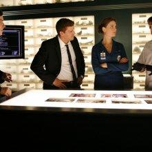 David Boreanaz, Emily Deschanel, Eric Millegan e John Francis Daley nell'episodio 'The Perfect Pieces in the Purple Pond' della serie Bones
