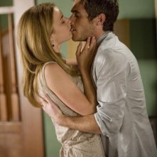 Emily VanCamp e Dave Annable in una scena romantica dell'episodio 'Glass Houses' della serie Brothers & Sisters