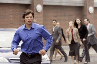 Clark, alias Tom Welling, accorre per prestare aiuto nell'episodio 'Plastique' della serie Smallville