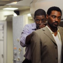 Dennis Haysbert  e Cyrus Farmer nella serie tv The Unit, episodio: Sudden Flight