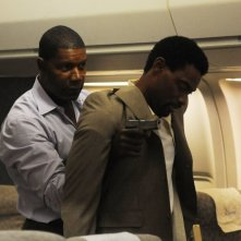 Dennis Haysbert nel ruolo di Jonas Blaine e Cyrus Farmer nella serie tv The Unit, episodio: Sudden Flight