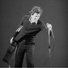 Giorgio Gaber durante uno dei suoi spettacoli