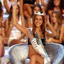 Miriam Leone, con la corona e la fascia di Miss Italia 2008