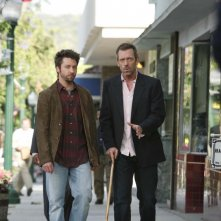 Hugh Laurie insieme a Michael Weston durante una scena dell'episodio 'Not Cancer' della serie tv Dr. House