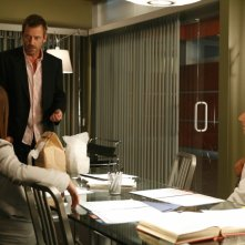 Hugh Laurie insieme a Peter Jacobson durante una scena dell'episodio 'Not Cancer' della serie tv Dr. House