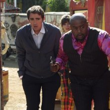 Lee Pace  insieme a Chi McBride nella serie Pushing Daisies, episodio: Circus, Circus