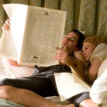 Dominic Cooper e Keira Knightley in una scena del film La duchessa