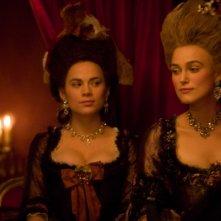 Hayley Atwell e Keira Knightley in una sequenza del film La duchessa