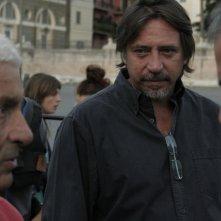 Il produttore Pietro Lama tra il regista Paolo Bianchini e Massimiliano La Pegna sul set di Mal'aria
