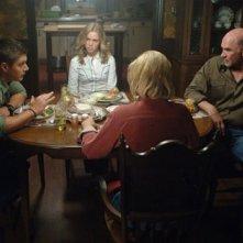 Jensen Ackles insieme a Mitch Pileggi durante una scena dell'episodio 'In the Beginning' della serie tv Supernatural