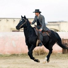 Jeremy Irons in una scena del western Appaloosa
