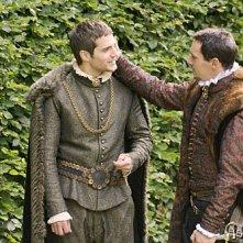 Jonathan Rhys Meyers e Henry Cavill in una scena della seconda stagione della serie tv I Tudors - Scandali a Corte