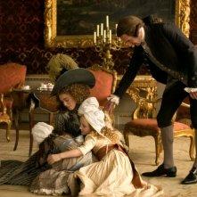 Keira Knightley e Ralph Fiennes in una scena del film La duchessa