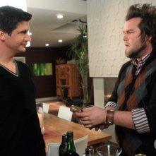Ken Marino e Tyler Labine in una scena dell'episodio Vedere l'invisibile di Reaper - In missione per il diavolo