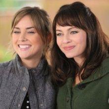 Melinda Clarke e Jessica Stroup nell'episodio Cenere sei e... di Reaper