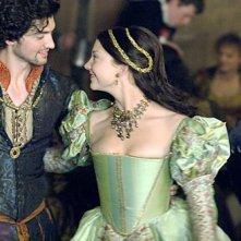 Natalie Dormer in una scena della seconda stagione della serie I Tudors - Scandali a Corte