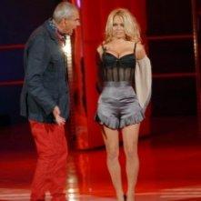 Pamela Anderson si toglie 'la cammesella' per Luca Giurato durante uno sketch di Tutti pazzi per la Tele