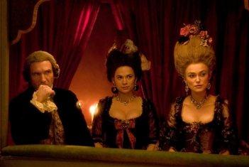Ralph Fiennes, Hayley Atwell e Keira Knightley in una scena del film La duchessa