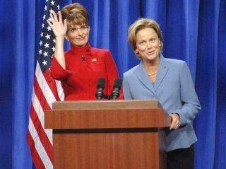 Tina Fey ed Amy Poehler in una sequenza dello spassoso sketch del Saturday Night Live nel quale hanno imitato Sarah Palin e Hillary Clinton