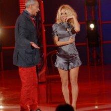 Una sexy Pamela Anderson si toglie 'la cammesella' per Luca Giurato durante uno sketch di Tutti pazzi per la Tele